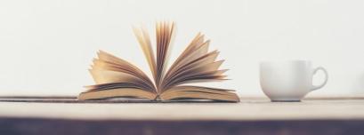 libro-pasando-paginas-y-una-taza_1150-147
